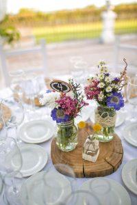 centro de mesa con flores silvestres